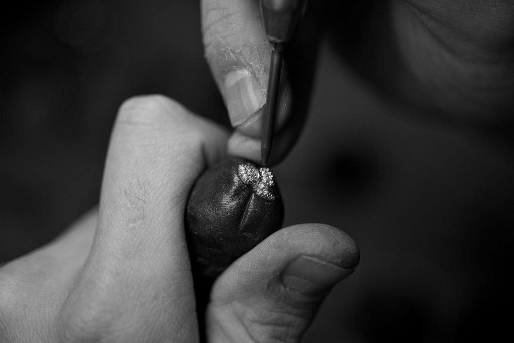 inserimento artigianale pietre preziose