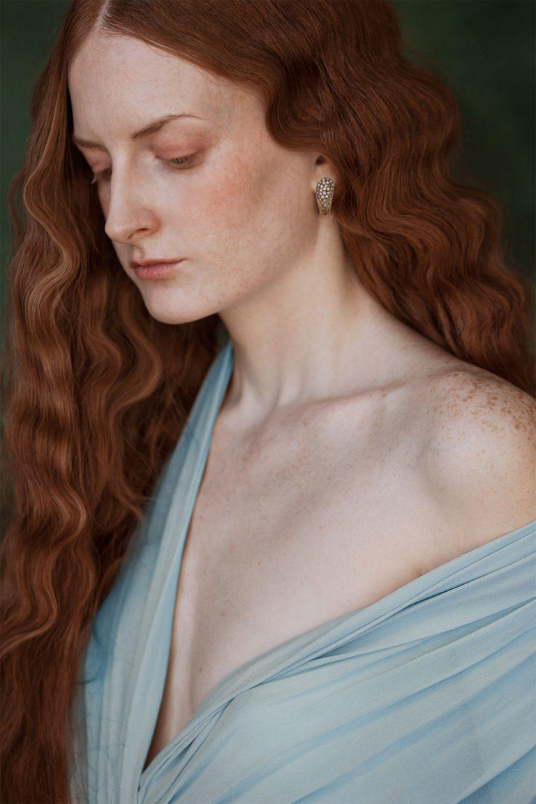donna con orecchino collezione Lacrima